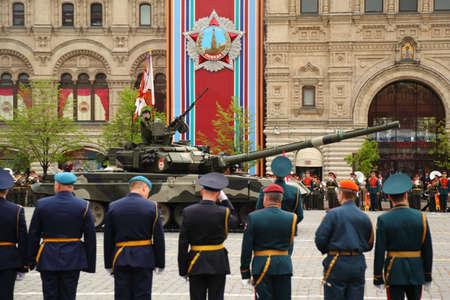 batallón: MOSCÚ - 06 de mayo: El tanque principal de batalla T-90 y los soldados de participar en los ensayos en honor de la victoria de la Gran Guerra Patria en la Plaza Roja el 6 de mayo de 2010 en Moscú, Rusia