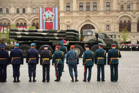 batallón: MOSCÚ - 6 DE MAYO: Smerch RSZO - gran lanzador de cohetes múltiple participar en los ensayos en honor de la victoria de la Gran Guerra Patria en la Plaza Roja el 6 de mayo de 2010 en Moscú, Rusia