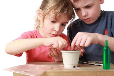 女の子と男の子の座席鍋に粒 写真素材