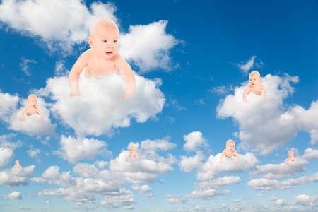 baby angel: bambini su bianco, soffici nuvole nel cielo blu collage