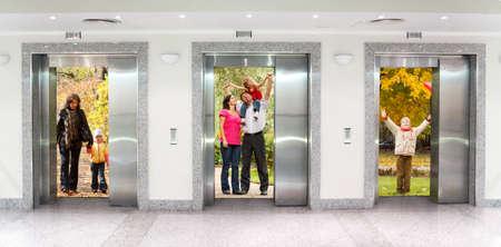 コラージュのオフィスビルの廊下で 3 つのエレベーターのドアで夏秋の家族