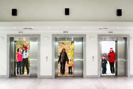 コラージュのオフィスビルの廊下で 3 つのエレベーターのドアで夏秋冬の家族