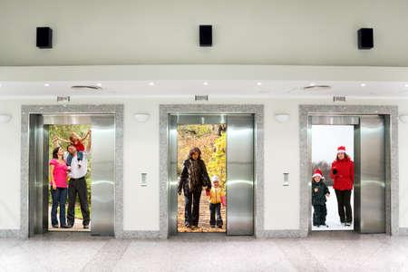 승강기: 사무실 건물 콜라주의 복도에서 세 엘리베이터 문에 여름 가을 겨울 가족