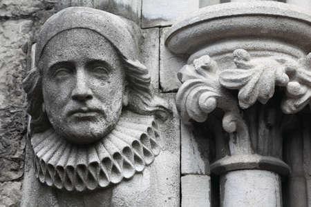 m�lancolie: vieux bas-relief en pierre dans l'�glise chr�tienne, le visage m�lancolique