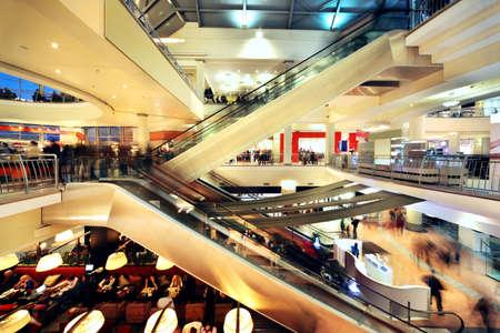MOSKAU - 20. NOVEMBER: Die Leute gehen in Atrium Mall, am 20. November 2010 in Moskau, Russland. In Atrium Mall befinden sich Restaurants, Supermarkt, Kino mit neun Sälen, Kindertheater, chemische Reinigung, Schneiderei, Fitness-Club ausgestattet. Standard-Bild - 17635576