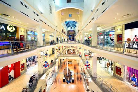 MOSKAU - 20. NOVEMBER: Käufer gehen in Atrium Mall, am 20. November 2010 in Moskau, Russland. In Atrium Mall befinden sich Restaurants, Supermarkt, Kino mit neun Sälen, Kindertheater, chemische Reinigung, Schneiderei, Fitness-Club ausgestattet. Standard-Bild - 17635566