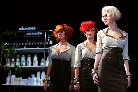 MOSCÚ - 6 de septiembre: Tres modelos con peinado de Tim Hartley peinado espectáculo en Davines Hair Show 2010, el 6 de septiembre de 2010 en Moscú, Rusia. Foto de archivo - 17635440