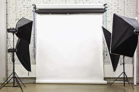 スタジオ - ランプとスポット ライトで明るい部屋内の白の背景