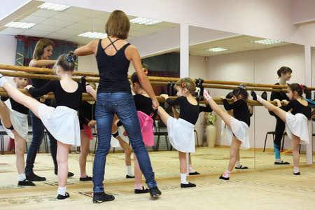 pantimedias: MOSC� - 25 DE NOVIEMBRE: Girls trenes cerca de barra de ballet con ballet maestra Svetlana Zharova en centro recreativo Bogorodskoe, el 25 de noviembre de 2010 en Mosc�, Rusia Editorial