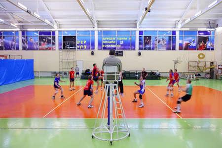 pelota de voley: MOSCÚ - 27 DE NOVIEMBRE: RSUH estudiantes (Universidad de Humanidades) en rojo jugar al voleibol en la Universidad de Educación Física, el 27 de noviembre de 2010 en Moscú, Rusia. Más de 6.000 alumnos estudian en la Universidad de Educación Física. Editorial