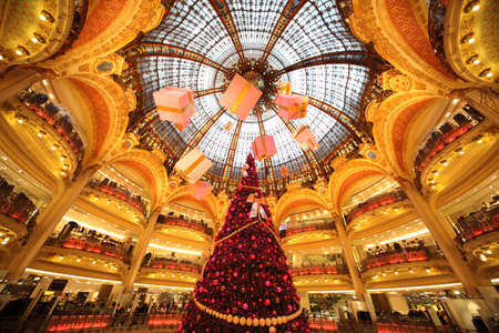 lafayette: PARIS - DECEMBER 30: The Christmas tree at Galeries Lafayette , December 30, 2009, Paris, France. Editorial