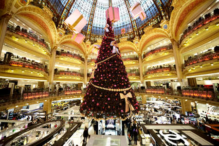 PARIS - DECEMBER 30: The Christmas tree at Galeries Lafayette, trade pavilions with perfume, December 30, 2009, Paris, France. Many famous perfume brands represent their production here. 에디토리얼