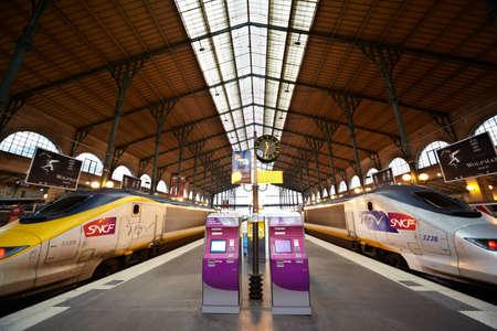 PARIS - 31. Dezember: TGV-Züge auf der Plattform der Gare de l'Est, 31. Dezember 2009, Paris, Frankreich. SNCF ist der Betreiber des Hochgeschwindigkeitszuges TGV. Standard-Bild - 17654287