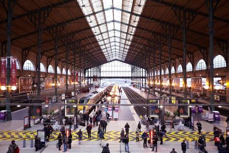 PARIS - 31 DÉCEMBRE: Gare de Est - Gare de l'Est de Paris, Décembre 31, 2009, Paris, France. Vue depuis le deuxième étage. Il ya un embarquement dans le train. Banque d'images - 17654288