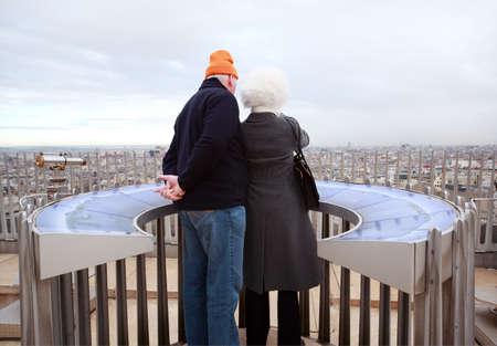 mujer mirando el horizonte: PARIS - 02 de enero: Los pares se encuentra en Arco del Triunfo el 2 de enero de 2010 en París, Francia. Anualmente visitan París 20 millones de turistas.