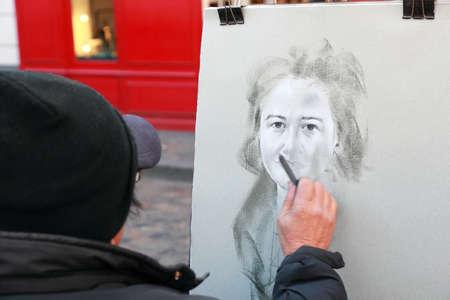 icono: PARIS - JANUARY  3: Artist paints monochromatic portrait of woman on Montmartre on January 3, 2010 in Paris, France. Hill of Montmartre is highest point in Paris