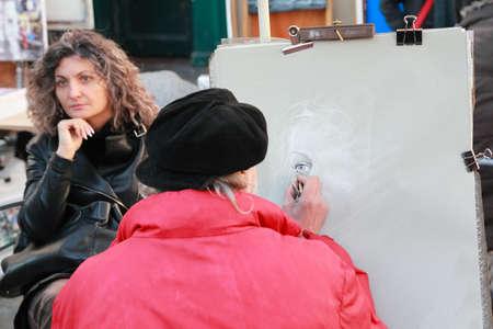 icono: PARIS - JANUARY  3: Artist paints monochromatic portrait on Montmartre on January 3, 2010 in Paris, France. Hill of Montmartre is highest point in Paris