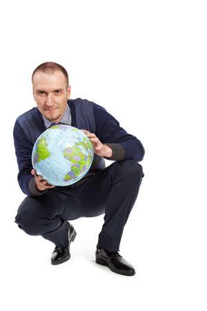 en cuclillas: Hombre con infltable bola globo por la mitad cuclillas. Foto de archivo