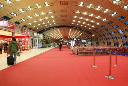 パリ - 1 月 5 日: 2010 年 1 月 5 日パリでホール空港シャルル ・ ド ・ ゴール空港で待機しています。世界では、空港の眠りによるとガイド トップ 3  報道画像