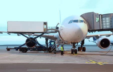 旅客機は空港で駐車しました。搭乗の乗客。サービス技術者 写真素材