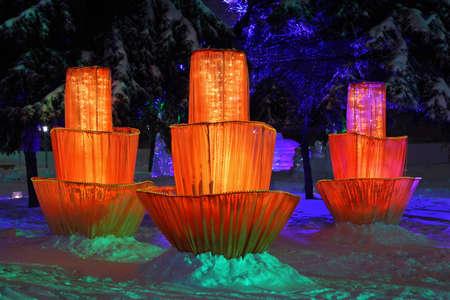 multilayer: Tres flores de m�ltiples capas de cuento de hadas y figuras de hielo entre los �rboles durante una lluvia helada en la Navidad