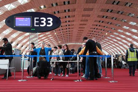 パリ - 1 月 5 日: 2010 年 1 月 5 日パリの空港で乗客のスクリーニング。旅客の空港でスクリーニングのための x 線スキャナーは健康を脅かすありませ