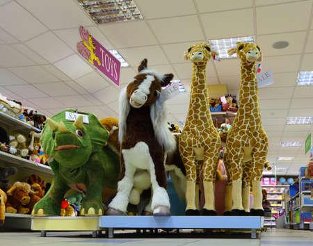 toy shop: MOSCA - 2 ottobre: ??Dentro negozio di giocattoli, il 2 ottobre 2010 a Mosca, in Russia. Fatturato annuo del mercato dei giocattoli in Russia � pi� di $ 1,7 milioni. Editoriali