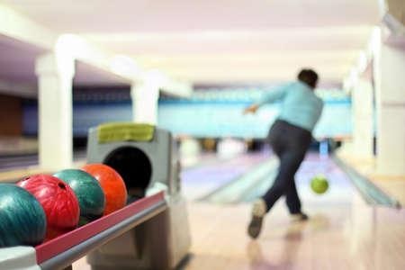 bowling: Hombre en club de bolos lanzar la bola