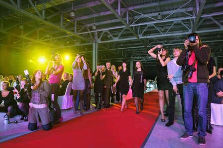 reportero: MOSCÚ - 03 de octubre: Fotógrafos trabajo en el Concurso Premio Visión Wella Tendencia 2010, el 6 de octubre de 2010 en Moscú, Rusia.