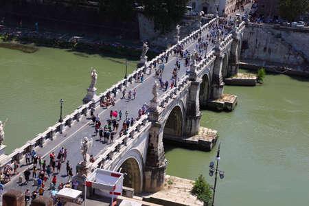 afflux: ROME - 3 ao�t: Les touristes sur Sant 'Angelo Pont sur 3 Ao�t 2010, � Rome, en Italie. En 1450 des garde-corps du pont n'a pas surv�cu afflux des p�lerins et tomba dans la rivi�re, de nombreux p�lerins ont �t� tu�s.