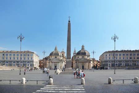 Piazza del Popolo, Santa Maria dei Miracoli circular, Santa Mar�a de Montesanto en Roma, Italia Foto de archivo - 17678721