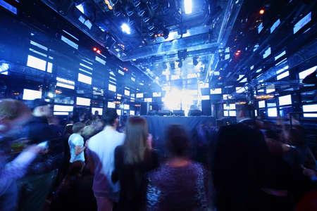Menschen tanzen am Konzert in Nachtclub, Licht-Show und laute Musik Standard-Bild - 17678713