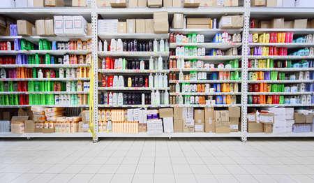 productos de aseo: MOSCÚ - 17 de octubre: Los champús y productos para el cuidado personal en los estantes de la tienda, el 17 de octubre de 2010 en Moscú, Rusia. Volumen del mercado de perfumes en Rusia es 7,8-8 mil millones de dólares.