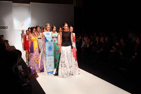 MOSKAU - 19. Oktober: Models gehen Laufsteg Modenschau von Kleidern Saison SS 2011 von Zinaida Likhacheva am Russian Fashion Week, die am 19. Oktober 2010 in Moskau, Russland. Standard-Bild - 17678715