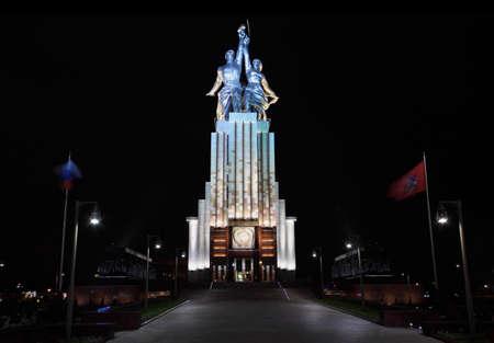 Trabajador y monumento granja colectiva en Moscú en la noche, hoz y el martillo, emblema de la Unión Soviética