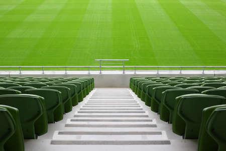 非常に大きい、空のスタジアムで折り、緑、プラスチック シートの行 写真素材