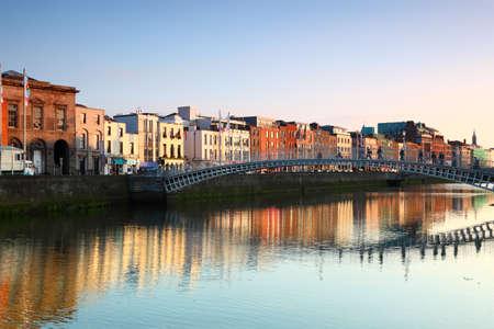 Half Penny Bridge ist Fußgängerbrücke in 1816 über den Fluss Liffey errichtet in Dublin, Irland. Standard-Bild - 17678768