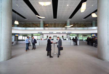 companionship: DUBLIN - 11 de junio: La gente en pasillo del estadio Aviva en CEPIC Congress 2010 el 11 de junio de 2010 en Dublín. CEPIC es un centro de la industria Picture