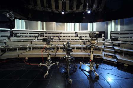 estudio de grabacion: tres c�maras de v�deo profesionales negros en estudio de televisi�n, asientos para el p�blico Editorial