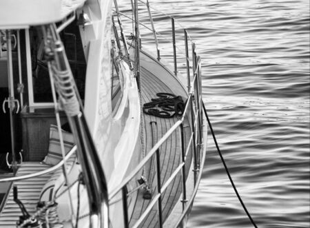 noir et blanc: le bateau est � quai. noir blanc