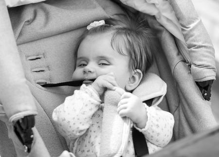 fondo blanco y negro: ni�o est� sentado en un carruaje. en blanco y negro Foto de archivo