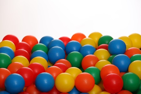 Lotes de bolas de colores sobre fondo blanco