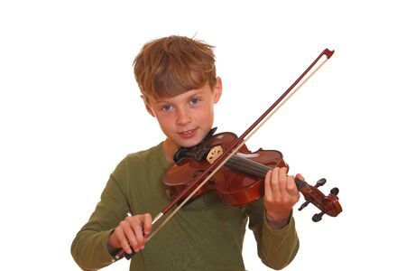 violinista: Chico joven feliz juega su viol�n