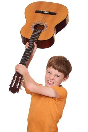enfant fach�: Portrait d'un gar�on en col�re jeunes avec une guitare