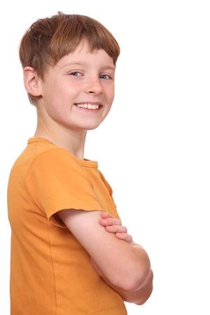 Portrait d'un garçon jeune confiant avec les bras croisés
