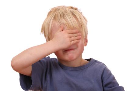ojos cerrados: Retrato de un joven asustado que cubre sus ojos Foto de archivo