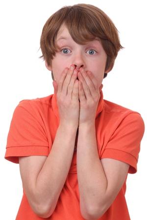 cara sorprendida: Retrato de un ni�o asustado que cubre su boca
