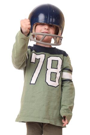Jonge peuter met voetbal helm op een witte achtergrond