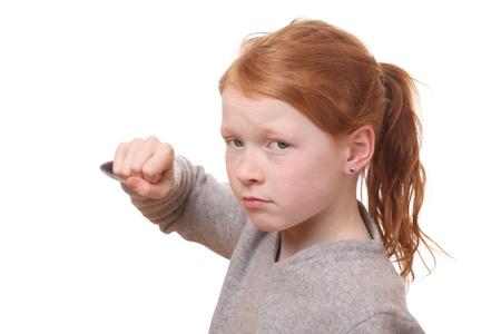 ni�os malos: Retrato de una chica joven enojado sobre fondo blanco