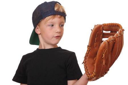 guante de beisbol: Niño feliz de béisbol joven en el fondo blanco